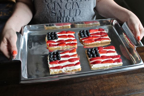An easy recipe for American Flag Cookie Pizza - via The Kittchen