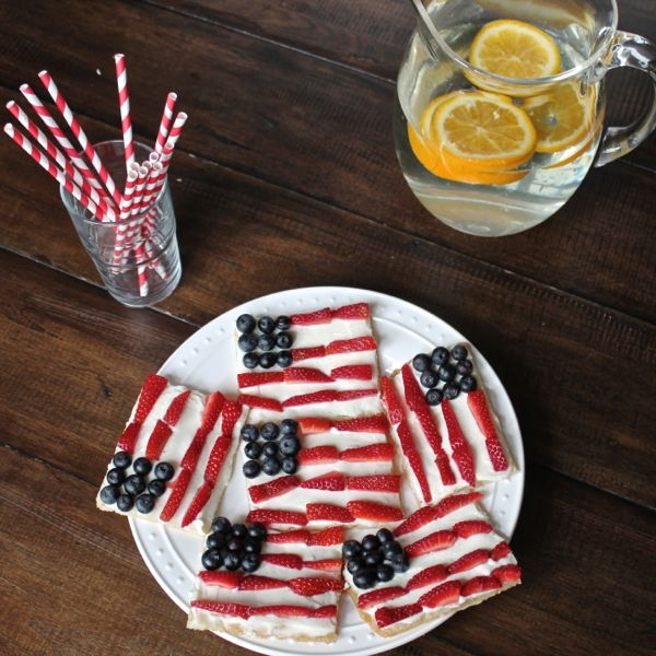 An easy recipe for American Flag Cookie Pizzas - via The Kittchen