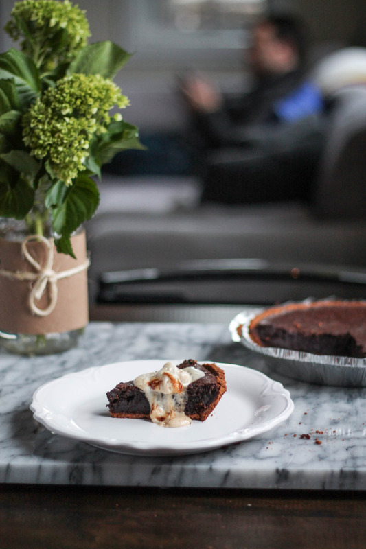Molten Chocolate Brownie S'mores Pie - via The Kittchen