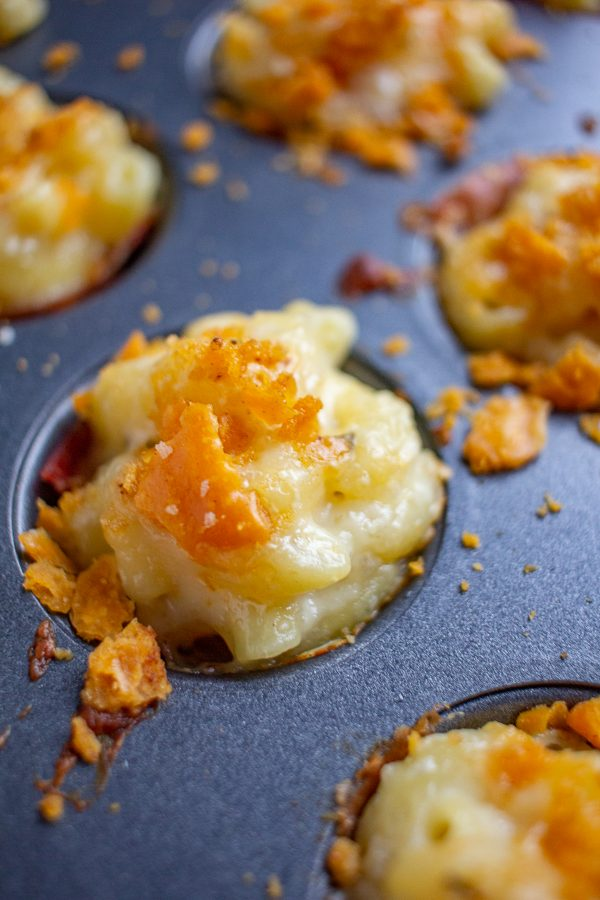 Mac and Cheese Bites | This is the ultimate Super Bowl snack! These macaroni and cheese bites are wrapped with prosciutto and topped with Cheez-It crumbs. Plus- they can be made in just 45 minutes.